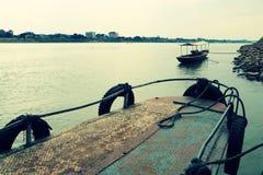 Lokale veerboot die lege klaar parkeren om worden onderhouden royalty-vrije stock foto's