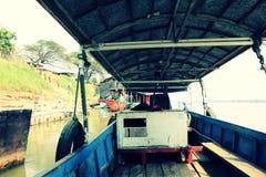 Lokale veerboot die lege klaar parkeren om worden onderhouden royalty-vrije stock fotografie