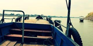 Lokale veerboot die lege klaar parkeren om worden onderhouden stock foto