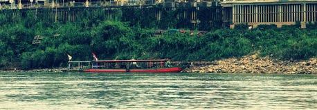 Lokale veerboot die lege klaar parkeren om worden onderhouden stock foto's