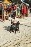 Lokale verkoper bij de markt van de strandherinnering bij het Strand van Playa Bayahibe in La Romana Stock Foto's