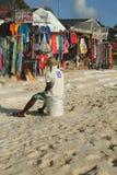 Lokale verkoper bij de markt van de strandherinnering bij het Strand van Playa Bayahibe in La Romana Stock Afbeelding