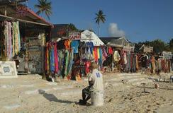 Lokale verkoper bij de markt van de strandherinnering bij het Strand van Playa Bayahibe in La Romana Royalty-vrije Stock Fotografie