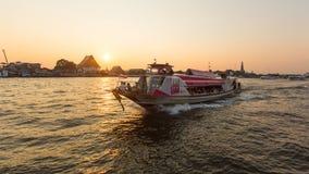 Lokale vervoerboot op Chao Phraya-rivier Stock Fotografie