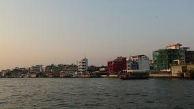 Lokale vervoerboot op Chao Phraya-rivier stock videobeelden