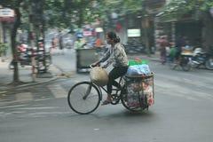Lokale Vietnamese berijdende fiets op de straten van Hanoi Stock Foto's