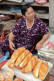 Lokale vietnamesische Frau, die Brot verkauft Stockfoto