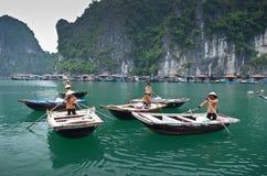 Lokale vietnamesische Paddelboote Stockfotografie
