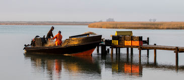 Lokale visser die een kop van koffie hebben Stock Afbeeldingen