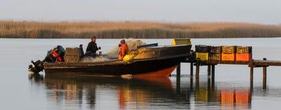 Lokale visser die een kop van koffie hebben Royalty-vrije Stock Foto