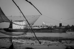 : Lokale visser die met de netto dichtbijgelegen Chinese visnetten van Kochi vissen Royalty-vrije Stock Foto