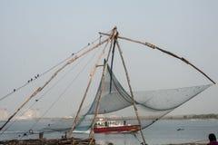 : Lokale visser die met de netto dichtbijgelegen Chinese visnetten van Kochi vissen Royalty-vrije Stock Fotografie