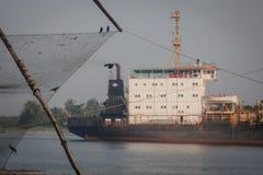 : Lokale visser die met de netto dichtbijgelegen Chinese visnetten van Kochi vissen Stock Afbeeldingen