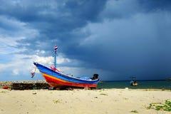 Lokale vissers` s boot in Zuid-Thailand Stock Afbeeldingen