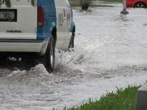 Lokale Vloed - Voertuig het Drijven door Water Royalty-vrije Stock Foto