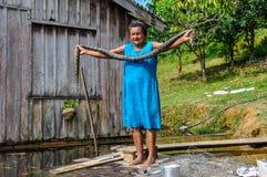 Lokale vrouw met een anaconda in het Regenwoud van Amazonië, Manaos, B Stock Afbeeldingen