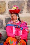 Lokale vrouw in traditionele kledingszitting dichtbij Inca Fortress in O Royalty-vrije Stock Afbeelding