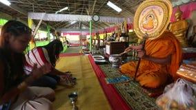 Lokale vrouwen tijdens bezoek in het Wat Khlong Prao-klooster stock videobeelden