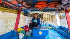 Lokale vrouwenbestuurder een boot Royalty-vrije Stock Foto