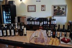 Lokale wijnmakerij in de middeleeuwse stad van Offida in centraal Italië royalty-vrije stock fotografie