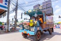 Lokalen byggda lastbilen bär högtalarebruk för lekmusik längs vägen royaltyfria foton