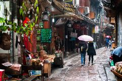 Lokalen för turistbläddrandeFenghuang ` s shoppar, det Hunan landskapet, Kina Arkivbilder