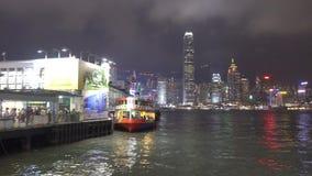 Lokalen och turister reser i aveny av stjärna- och hamnstaden, Hong Kong stock video