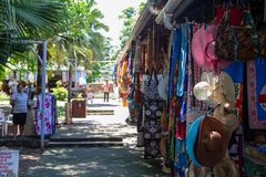 Lokalen shoppar lineupen i Nadi, Fiji på marschen 7th 2019 arkivfoton