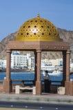 Lokalen tycker om sikt av hamnen i Muscat, Oman Arkivfoton