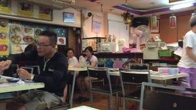 Lokaler äter på en populär matkorridor i Singapore stock video