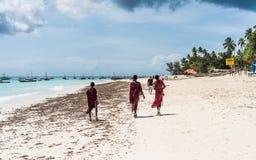 Lokaler av zanzibar som går in mot deras fiskebåtar Royaltyfri Fotografi