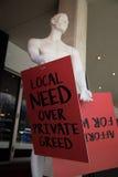 Lokaler Bedarf über männlichem Mannequin der privaten Habsucht mit Handzettel Lizenzfreie Stockfotografie