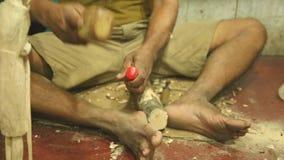 Lokaler Bildhauer, der in seinem Shop in Hikkaduwa, Sri Lanka arbeitet stock video footage