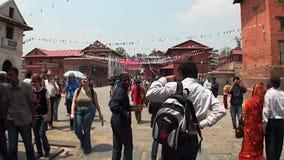 Lokaler går för den färgrika gatan av Katmandu i Nepal lager videofilmer