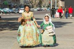 Lokaler i traditionell dräkt royaltyfria foton
