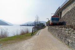 Lokaler lächelnder Zug auf dem Ufer von Lago-Di Lugano, die Schweiz Lizenzfreie Stockfotos