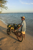 Lokaler Mann, der Kokosnüsse an Boca Chica-Strand verkauft Lizenzfreie Stockfotos