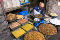 Lokaler Mann, der Lebensmittel in der Straße, Pushkar, Indien verkauft stockfoto