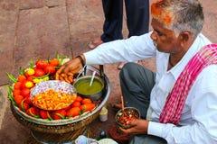 Lokaler Mann, der Lebensmittel im Hof von Jama Masjid in Fatehp verkauft stockbild