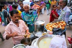 Lokaler Mann, der Lebensmittel an Kinari-Basar in Agra verkauft, Uttar Pradesh, lizenzfreie stockbilder