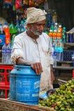 Lokaler Mann, der Wasserkastanien singhara am Straße marke verkauft lizenzfreie stockfotos