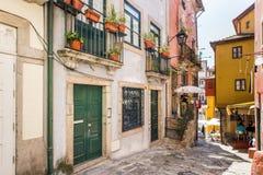 Lokaler och turister kopplar av på restauranger för Ribeira ` s - Porto, port Arkivbild
