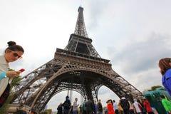 Lokaler och turister på Eiffeltorn Arkivbilder