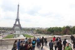 Lokaler och turister på Eiffeltorn Arkivbild