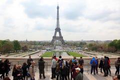 Lokaler och turister på Eiffeltorn, ställningar 324 Arkivbilder