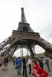 Lokaler och turister på Eiffeltorn, ställningar 324 Royaltyfri Bild