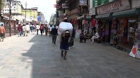 Lokaler och turister på gatan av Katmandu i Nepal lager videofilmer