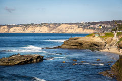 Lokaler och turister som tycker om en härlig dag under vintertiden i San Diego, sätter på land, i sydliga Kalifornien, USA Arkivfoton