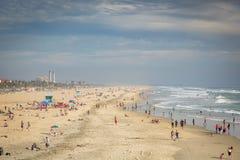 Lokaler och turister som tycker om Huntington Beach i Kalifornien Royaltyfri Bild