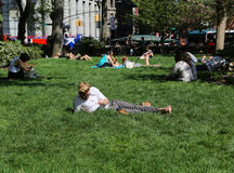 Lokaler och turister trängde ihop Union Square parkerar i New York Arkivbilder